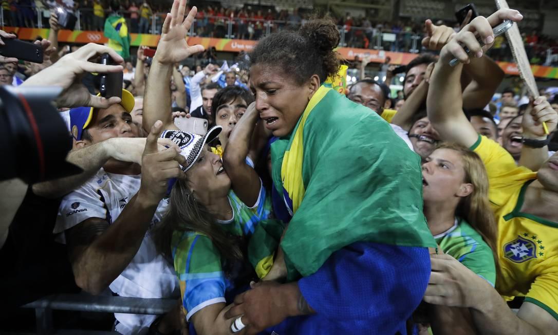 Rafaela Silva é carregada após a vitória e a conquista da medalha de ouro na final do judô Markus Schreiber / AP