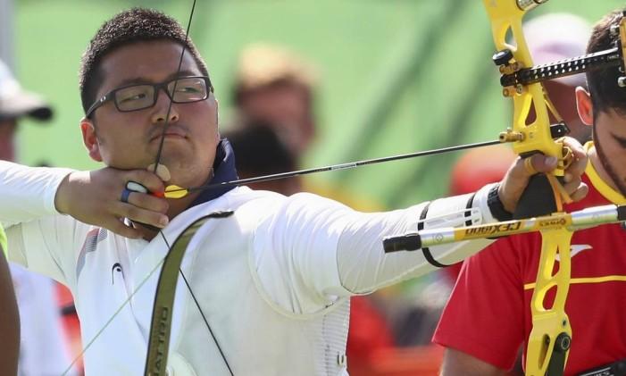 Kim Woo-Jin, da Coreia do Sul, medalha de ouro no tiro com arco Foto: YVES HERMAN / REUTERS
