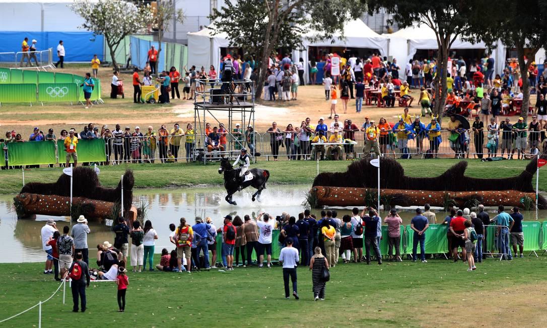 Público acompanha o Hipismo Cross Country, no centro Equestre Olímpico Jorge William / Agência O Globo