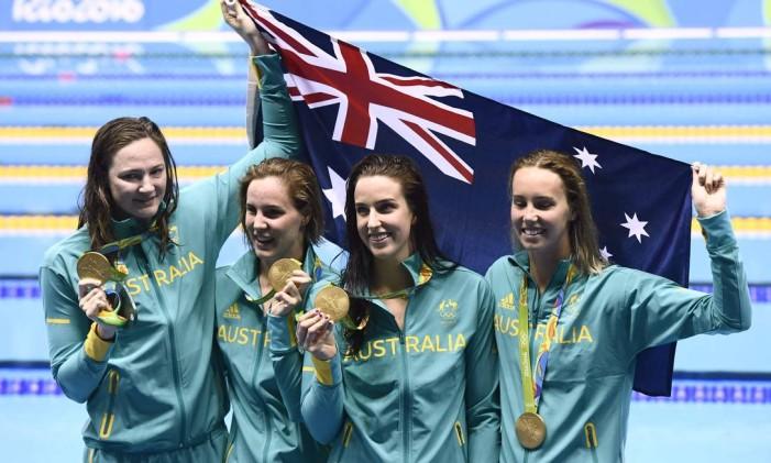 Emma McKeon, Brittany Elmslie, Bronte Campbell e Cate Campbell posam após conquistar o ouro no revezamento 4X100m Foto: CHRISTOPHE SIMON / AFP
