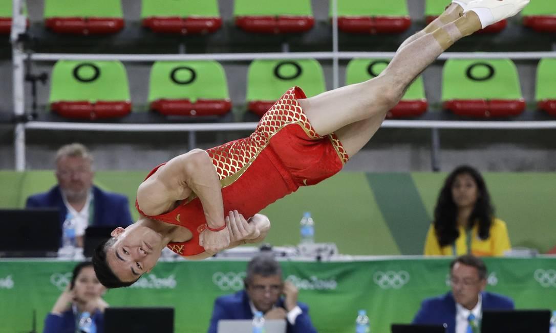 O chinês Deng Shudi salta durante a apresentação no solo Rebecca Blackwell / AP