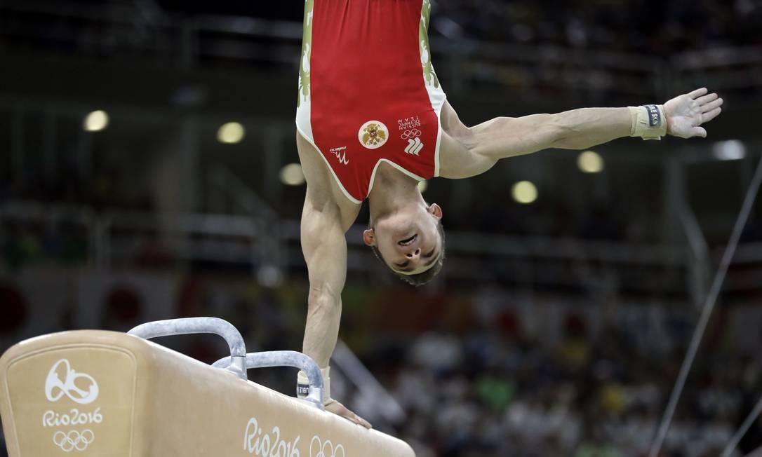 O russo David Belyavskiy se equilibra no cavalo com alças Julio Cortez / AP