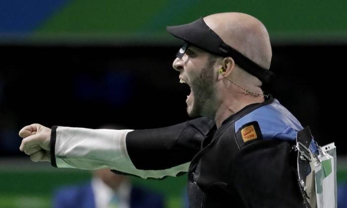 Italiano Niccolò Campriani celebra vitória no tiro esportivo Foto: Charlie Riedel / AP