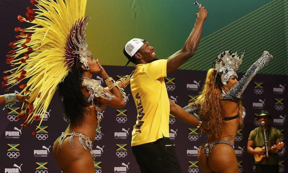 Bolt e as passistas fizeram trenzinho Foto: NACHO DOCE / REUTERS