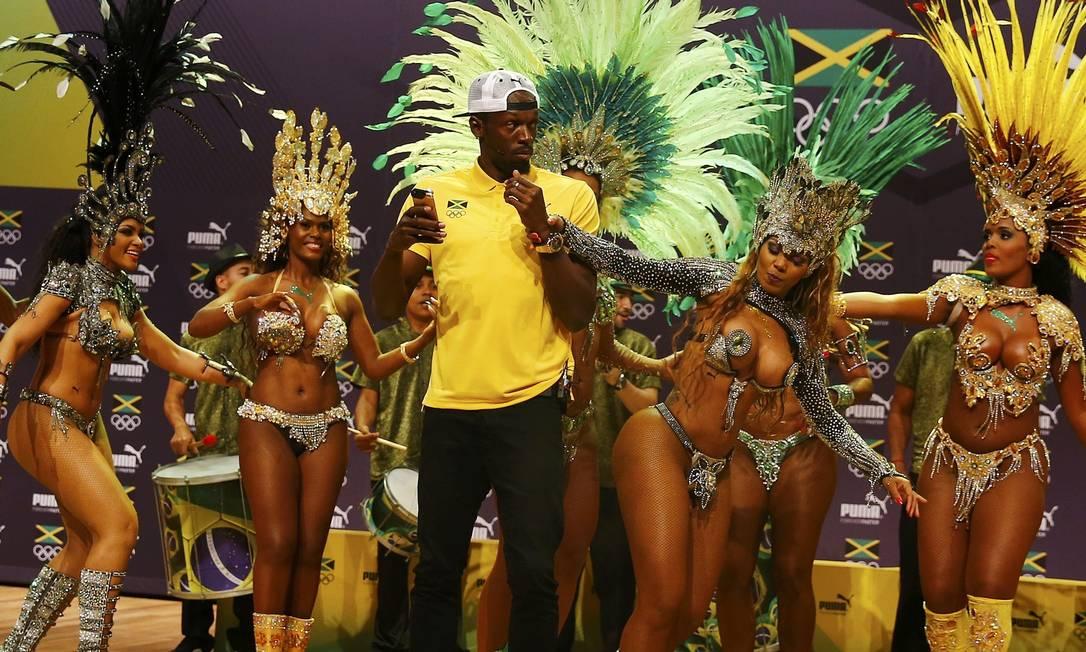 Elas aproveitaram para tirar uma 'casquinha' do astro jamaicano NACHO DOCE / REUTERS