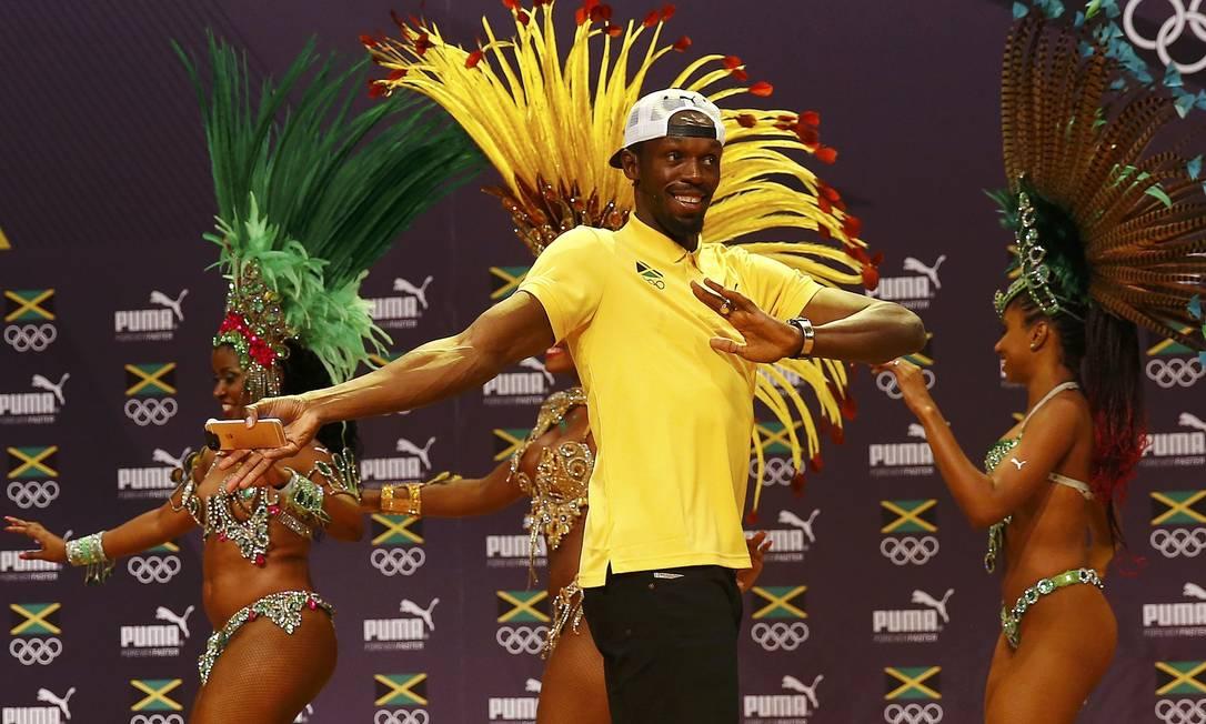Após a entrevista coletiva, Bolt sambou com as passistas NACHO DOCE / REUTERS
