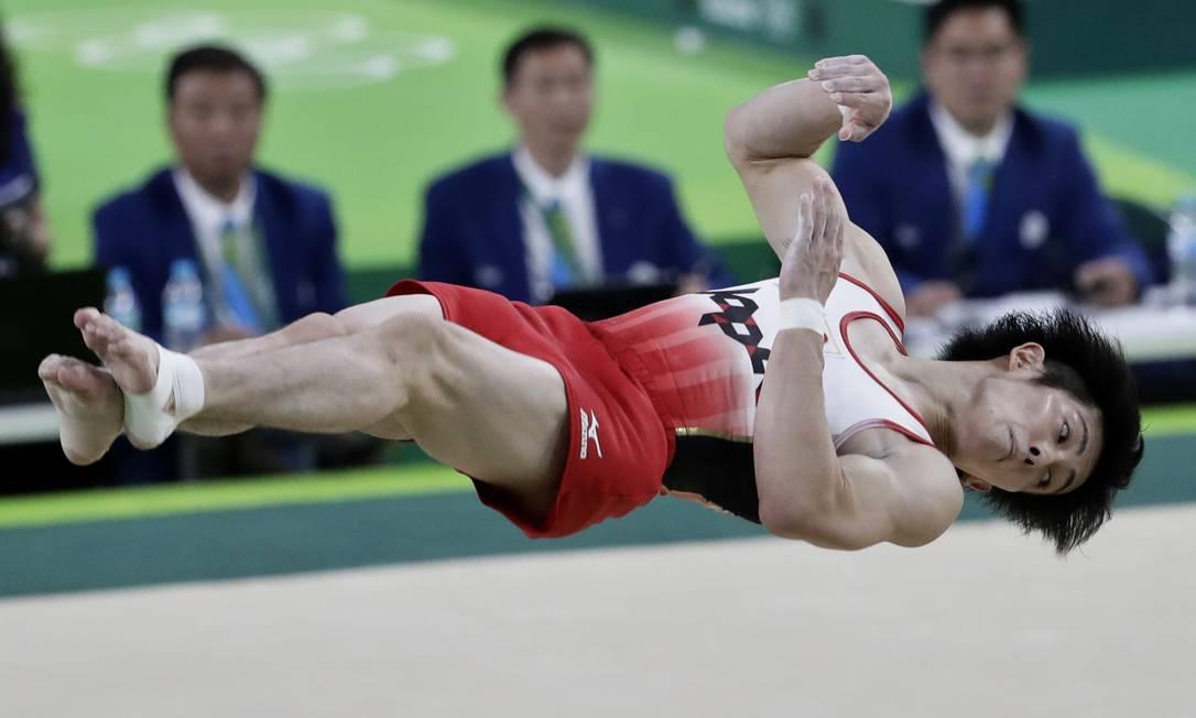 O japonês Ryohei Kato salta durante apresentação no solo Dmitri Lovetsky / AP
