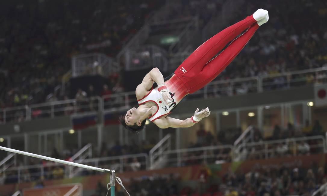 O japonês Kohei Uchimura salta sobre a barra fixa DAMIR SAGOLJ / REUTERS