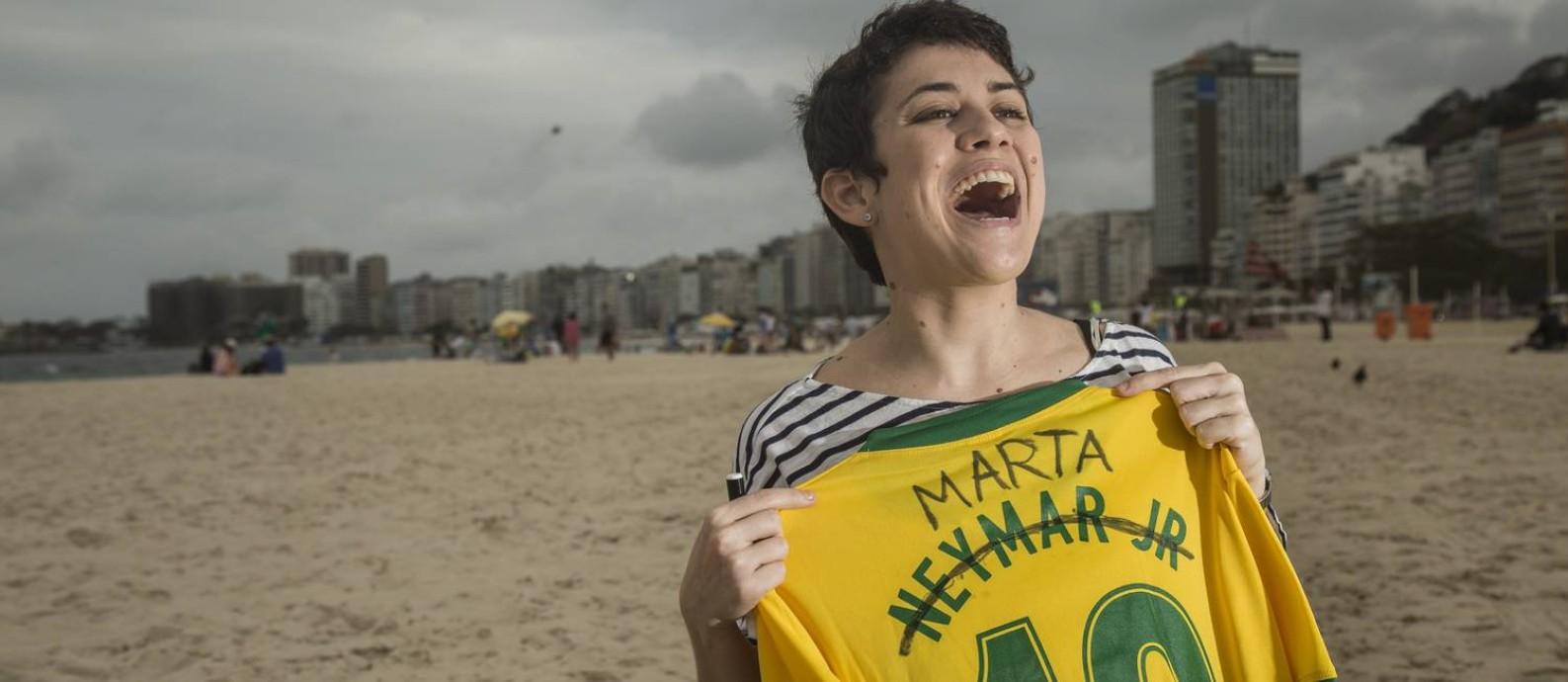 Camisa da Marta improvisada: Nicoli Ferraz, designer e amante de futebol, customiza a camisa 10 de Neymar com o nome da jogadora Marta. Ela não encontrou a camisa de Marta em nenhum lugar Foto: Ana Branco / Agência O Globo