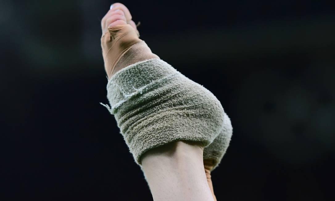 Detalhe da ginástica na qualificação do time na Olimpíada EMMANUEL DUNAND / AFP