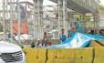 Usuários de crack montam barraca improvisada junto à pista de carros na Avenida Brasil: ações adotadas pelo poder público não são eficientes, dizem especialistas