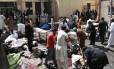 Voluntários retiram corpos das vítimas após a explosão de bomba em instalações hospitalares em Quetta