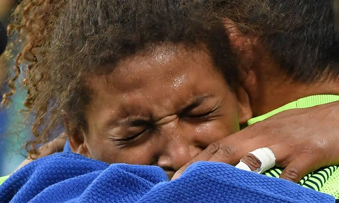 Quatro anos depois, na Olimpíada do Rio, a judoca da Cidade de Deus volta a chorar, desta vez após a vitória na final contra a mongol Dorjsürengiin Sumiyaa TOSHIFUMI KITAMURA / AFP