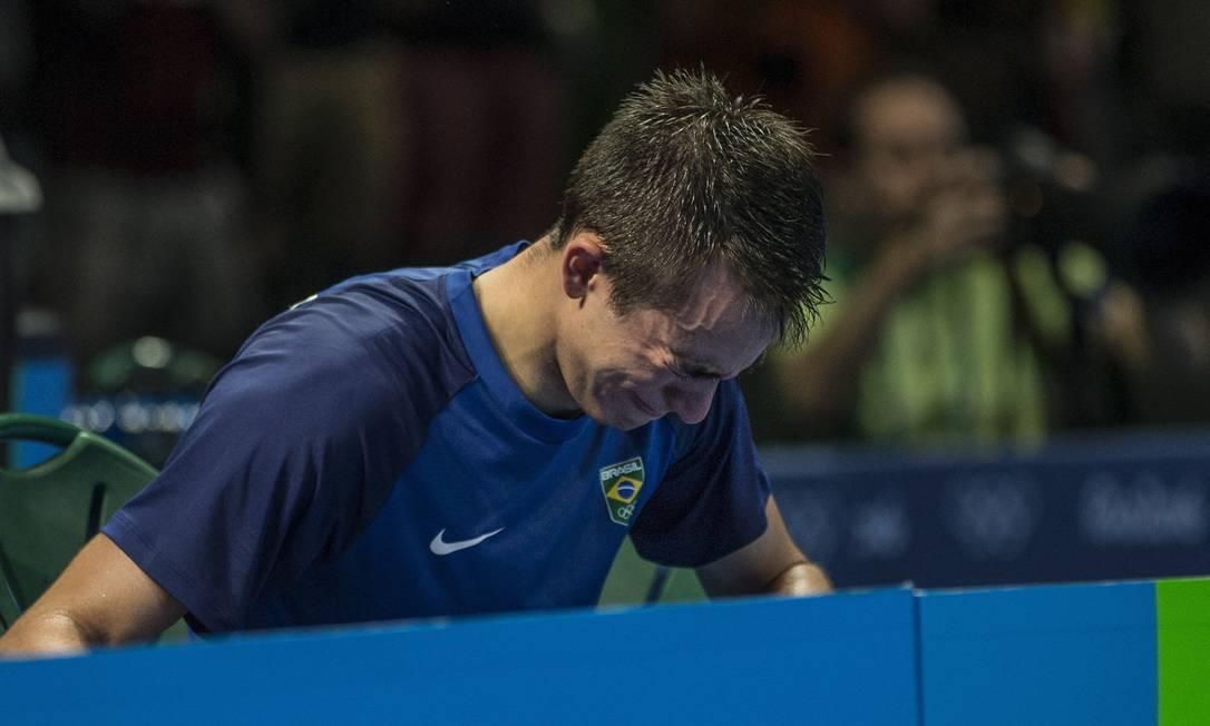 Hugo Calderano chora após eliminação na disputa do tênis de mesa Alexandre Cassiano / Agência O Globo
