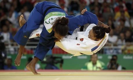 A brasileira Rafaela Silva aplica o contragolpe demolidor na adversária mongol Dorjsürengiin Sumiya na final do Judô feminino que lhe rendeu uma medalha de outro na Olimpíada Rio-2106. Foto: ANDRE MOURAO/O DIA/NOPP