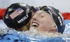 Katie Meili comemora vitória da compatriota Lilly King nos 100 metros peito Foto: Michael Sohn / AP