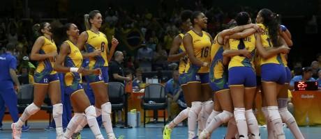 Equipe brasileira celebra vitória sobre a Argentina no Maracanãzinho Foto: MARCELO DEL POZO / REUTERS