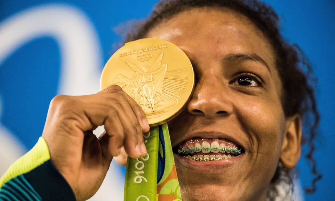 Rafaela Silva exibe sua medalha de ouro na Rio-2016 Danilo Verpa / Agência O Globo