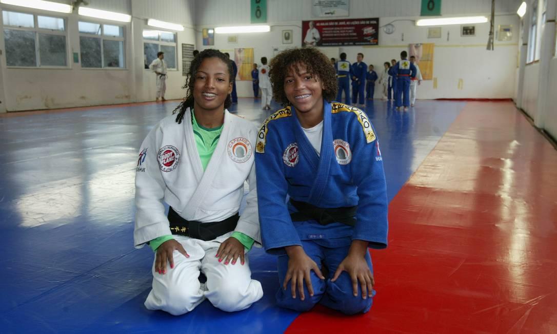 Rafaela posa ao lado da irmã Raquel, com quem foi levada ao Instituto Reação Letícia Pontual / Agência O Globo