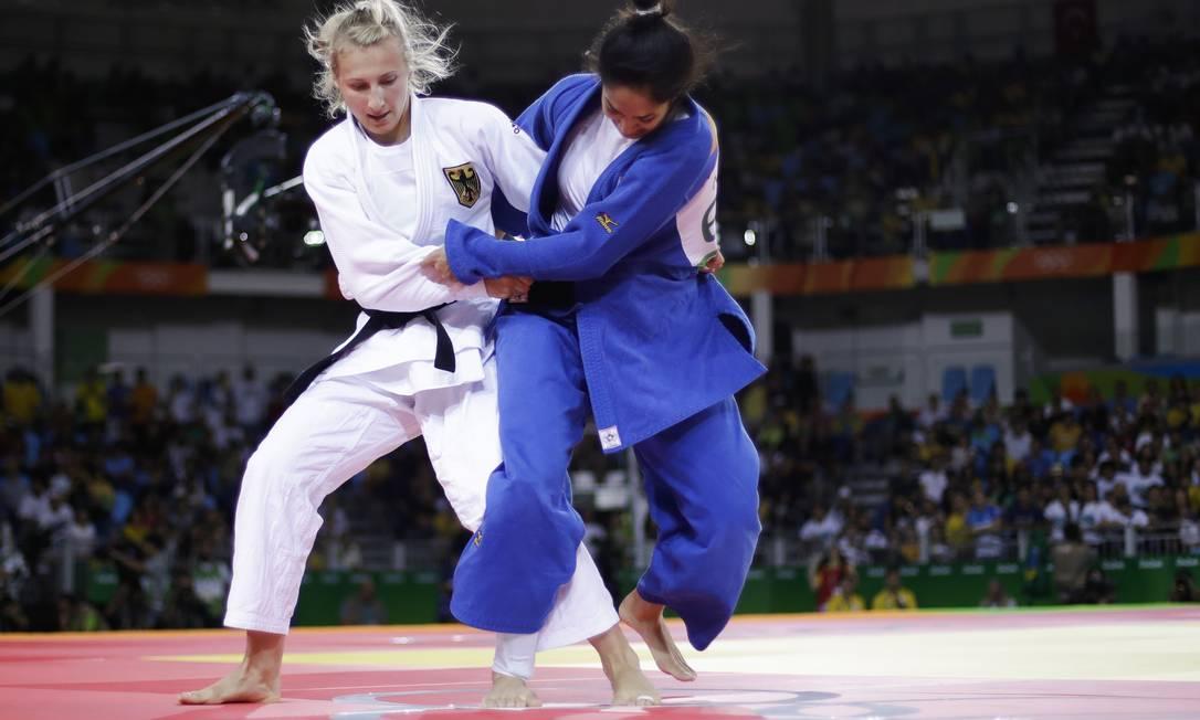A brasileira derrotou a alemã e chegou às quartas de final da categoria até 63kg Markus Schreiber / AP
