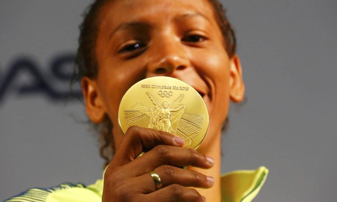 Rafaela Silva celebra com medalha de ouro no judô Foto: Reuters