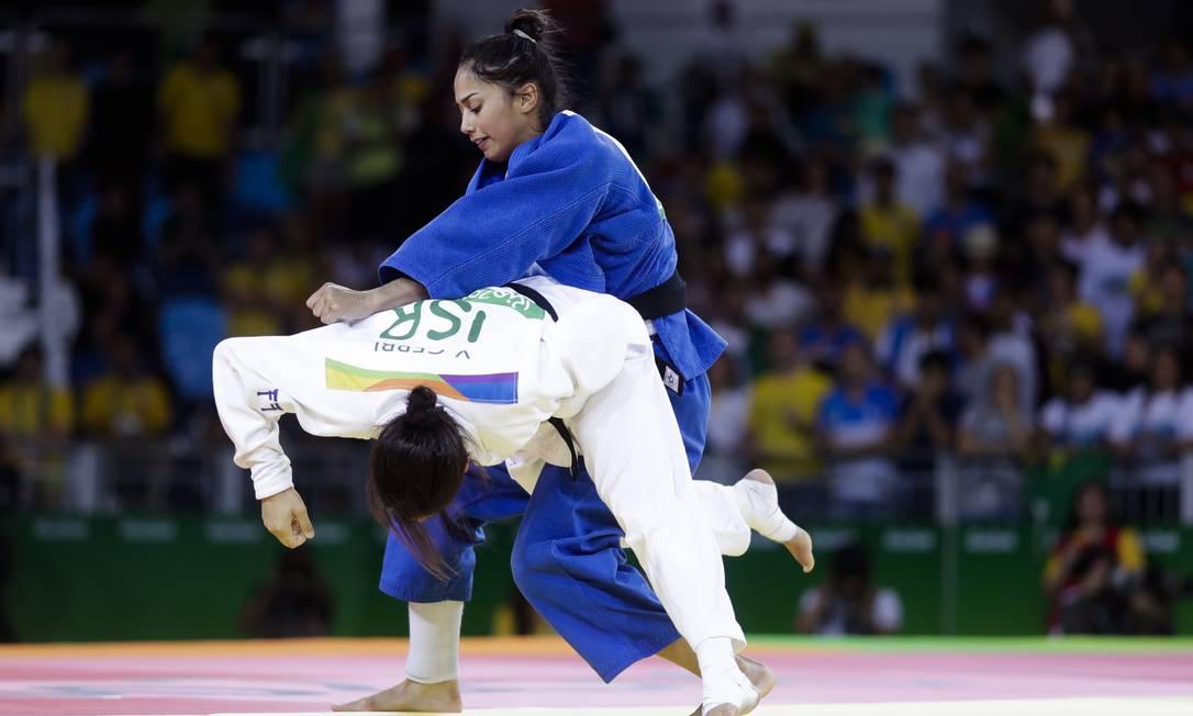 Depois da luta terminar empatada, a brasileira venceu a israelense no ponto de ouro Markus Schreiber / AP