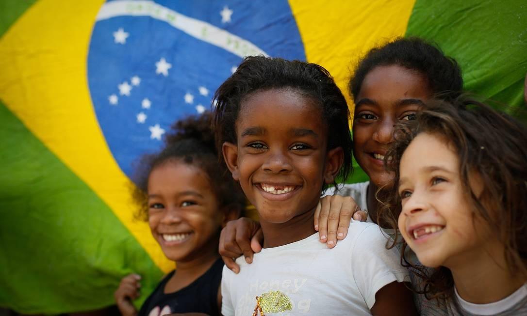 Cidade de Deus em festa: crianças comemoram o a medalha de ouro conquistada pela judoca Rafaela Silva, cria da comunidade Foto: Pablo Jacob/Agência O Globo