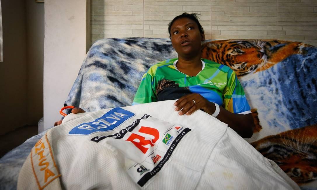 Mãe de Rafaela, Zineida Silva mostra quimono da filha Foto: Pablo Jacob / Pablo Jacob/Agência O Globo