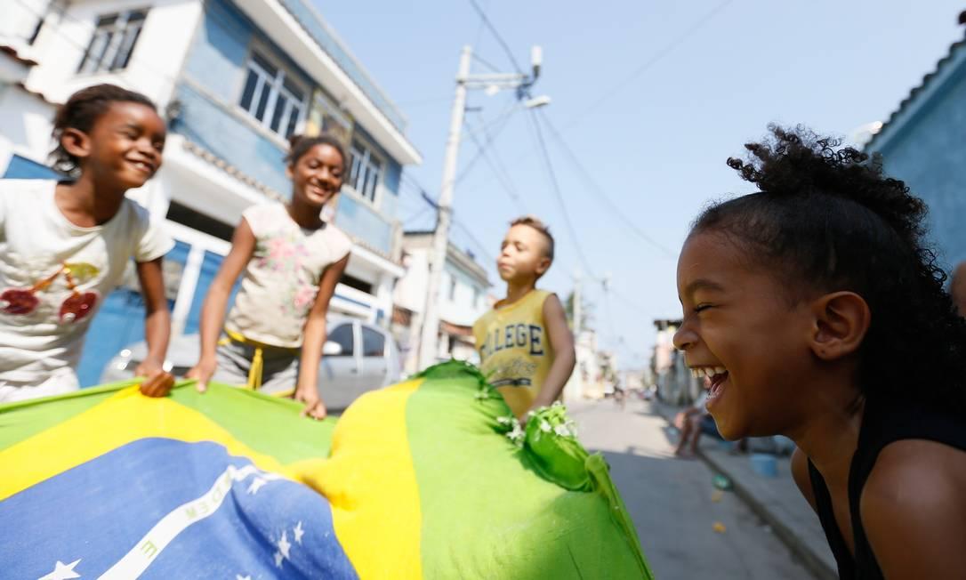 Giovana Silva, prima da Rafaela, comemora com as amigas Pablo Jacob/Agência O Globo