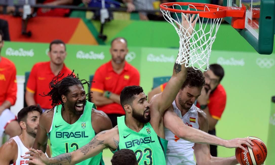Vibrante desde o início em quadra e com uma torcida que parecia estar noUFC, Brasil venceu a Espanha no basquete masculino por 66 x 65 Marcelo Carnaval / Agência O Globo