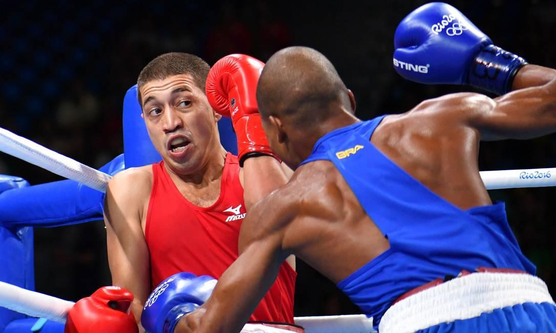 Robson Conceição vence luta contra Anvar Yunusov do Tadjiquistão YURI CORTEZ / AFP