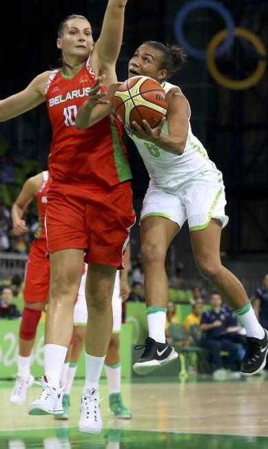 O terceiro quarto terminou empatado em 50 a 50. Apesar da grande torcida, no último tempo as brasileiras erraram muito e a Bielorrússia conseguiu virar SHANNON STAPLETON / REUTERS
