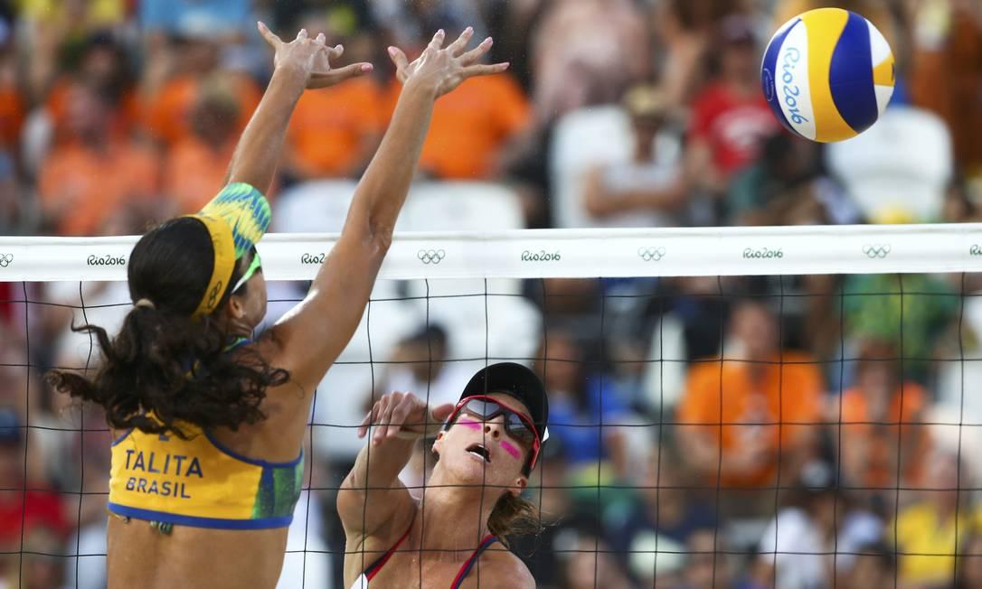Brasileira Talita bloqueia ataque americano na partida desta terça-feira RUBEN SPRICH / REUTERS