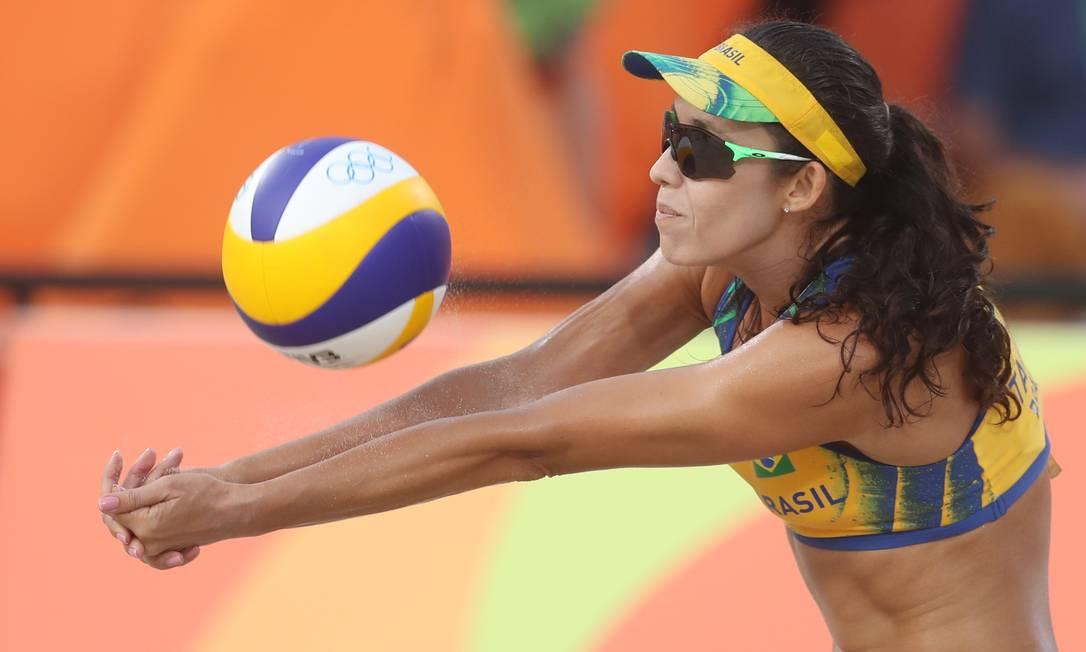 De manchete. Talita defende ataque da dupla americana. Brasileiras garantiram vaga nas quartas de final Petr David Josek / AP