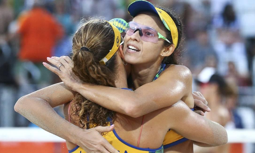 Abraço da vitória. Dupla brasileira venceu a partida por dois sets a zero, mesmo palcar da estreia RUBEN SPRICH / REUTERS
