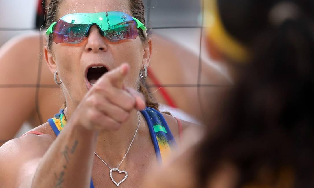 Larissa celebra ponto em Copacabana. Dupla brasileira enfrentará polonesas na próxima quinta-feira Petr David Josek / AP