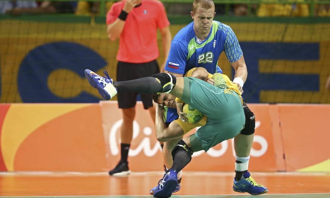 O jogador Matej Gaber, da Eslováquia, não permite a passagem do jogador brasileiro, Jose Toledo MARKO DJURICA / REUTERS