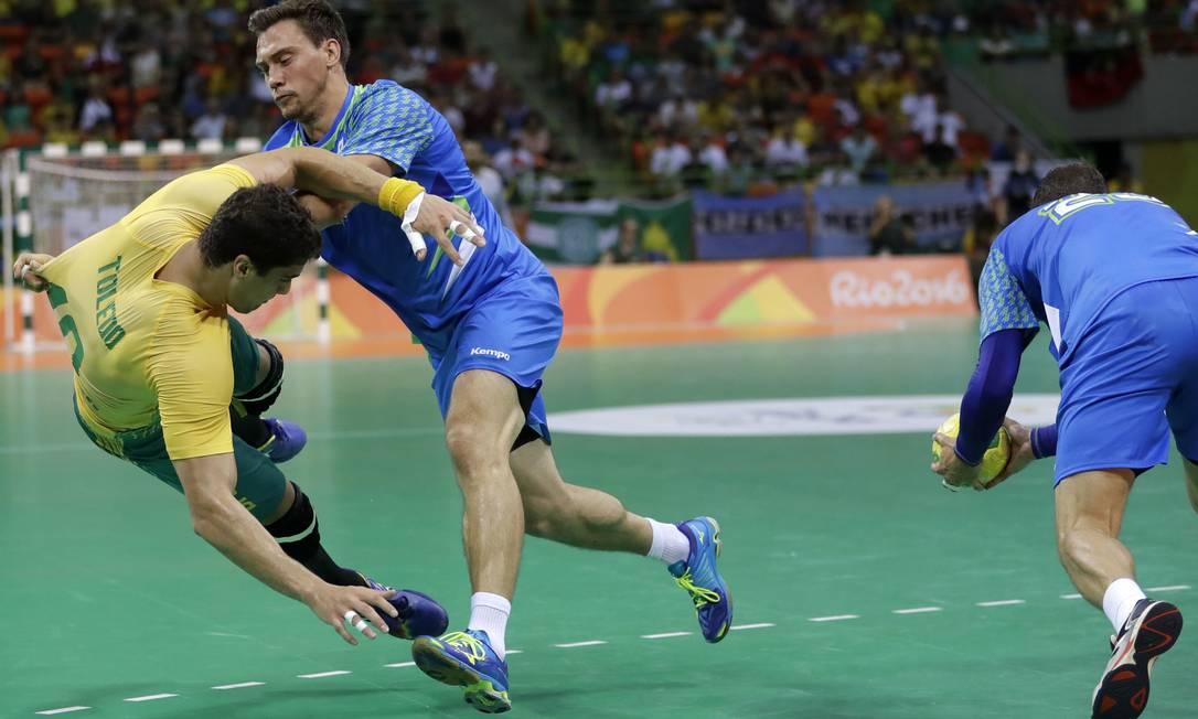 Jose Guilherme Toledo sofre falta durante a derrota para a Eslováquia Matthias Schrader / AP