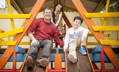 Dose dupla. O jornalista Roberto Wertman e os filhos Letícia e Gabriel: do banho ao dever de casa Foto: Analice Paron