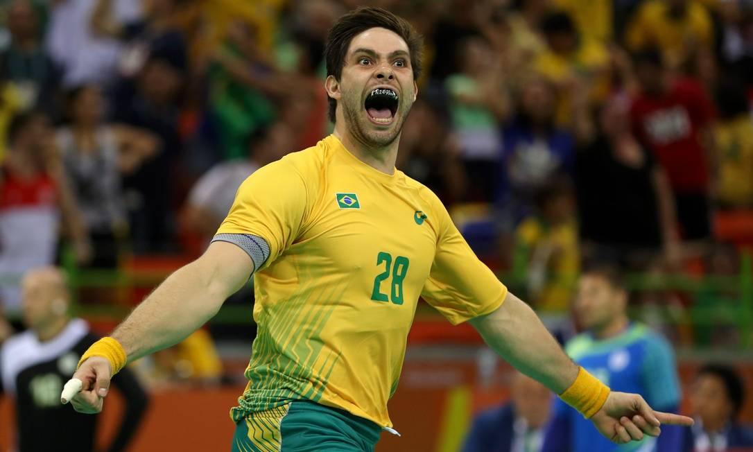 O grito do brasileiro Léo Santos, após marcar um gol contra a Eslovênia, no handebol Marcelo Carnaval / Agência O Globo