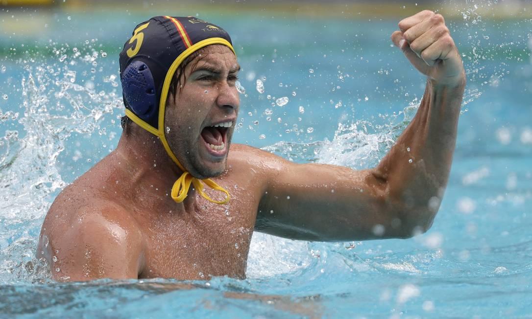 O grito de Guilermo Molina Rios, da Espanha, após marcar gol sobre Estados Unidos durante pólo aquático Sergei Grits / AP