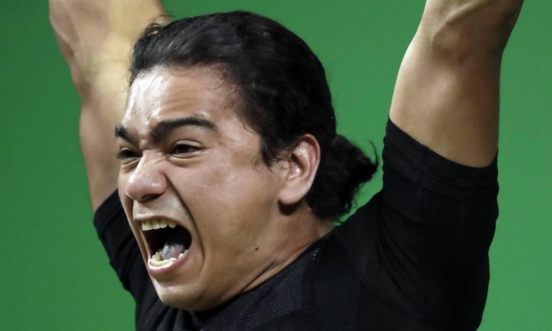 O grito de Julio Cesar Salamanca Pineda, de El Salvador, durante levantamento de peso 62 kg Mike Groll / AP