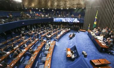 Senadores debatem relatório de Antonio Anastasia pelo impeachment de Dilma Foto: ANDRE COELHO / Agência O Globo