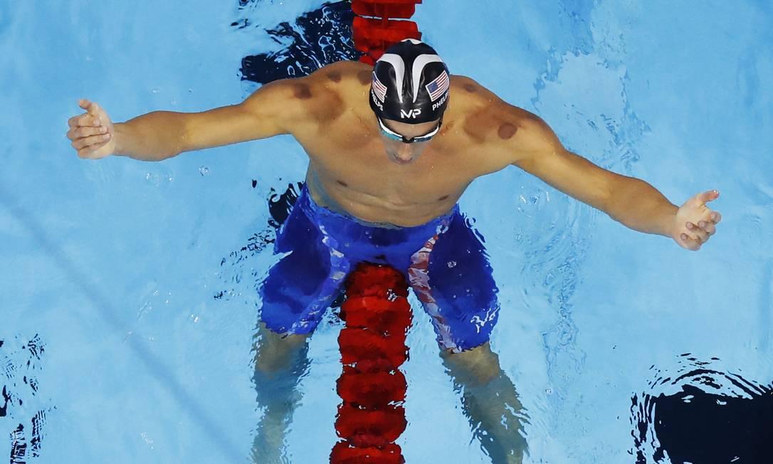 Ele também alcançou a marca de 14 medalhas individuais, igualando-se à ginasta russa Larissa Latynina Morry Gash / AP
