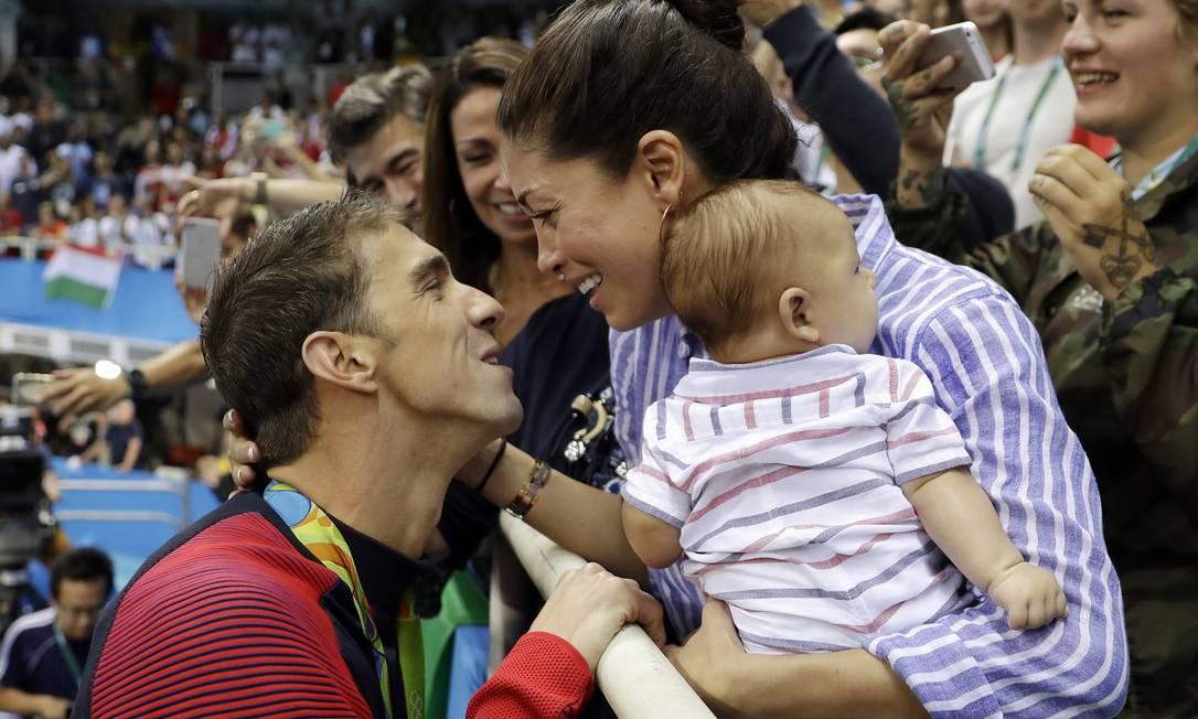 Michael Phelps festeja a conquista da medalha de ouro, com sua mulher Nicole, e seu filho Boomer Matt Slocum / AP