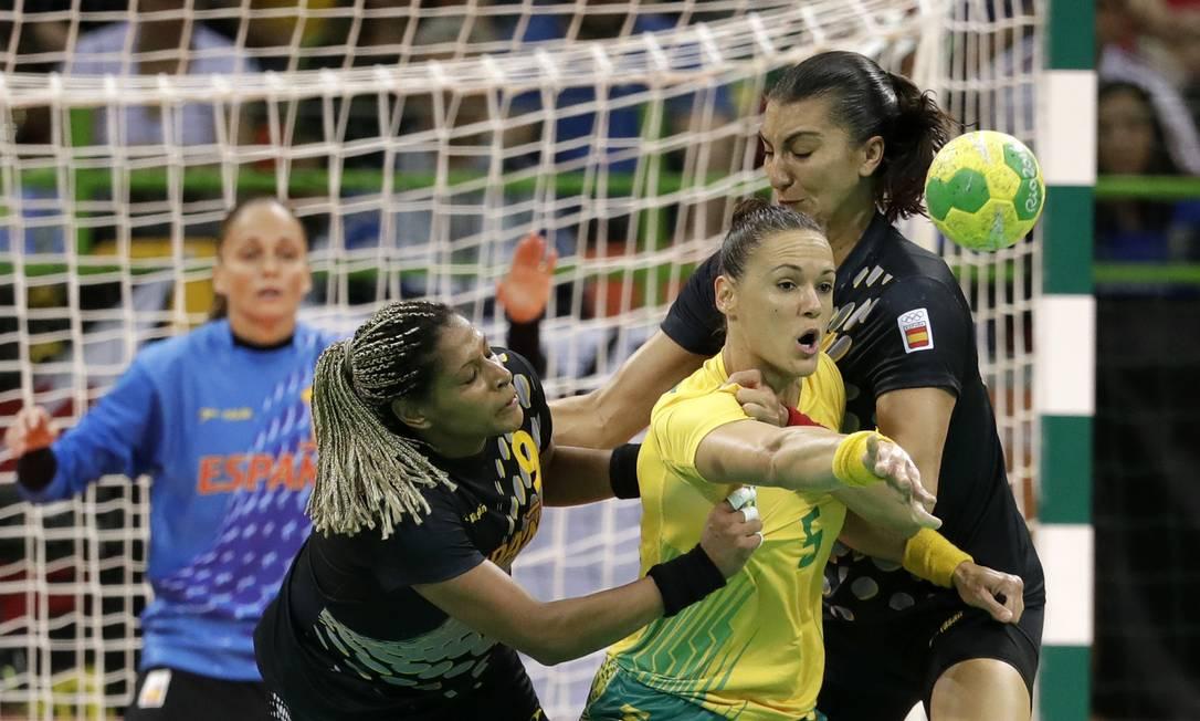 Brasil x Espanha no Handebol feminino na Arena do Futuro. Daniela Piedade do Brasil, centro, se esforça para manter o controle da bola Ben Curtis / AP
