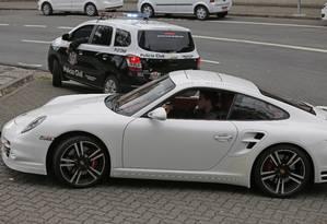 Porsche apreendida pela polícia na Operação Irmandade Foto: Edilson Dantas / O Globo