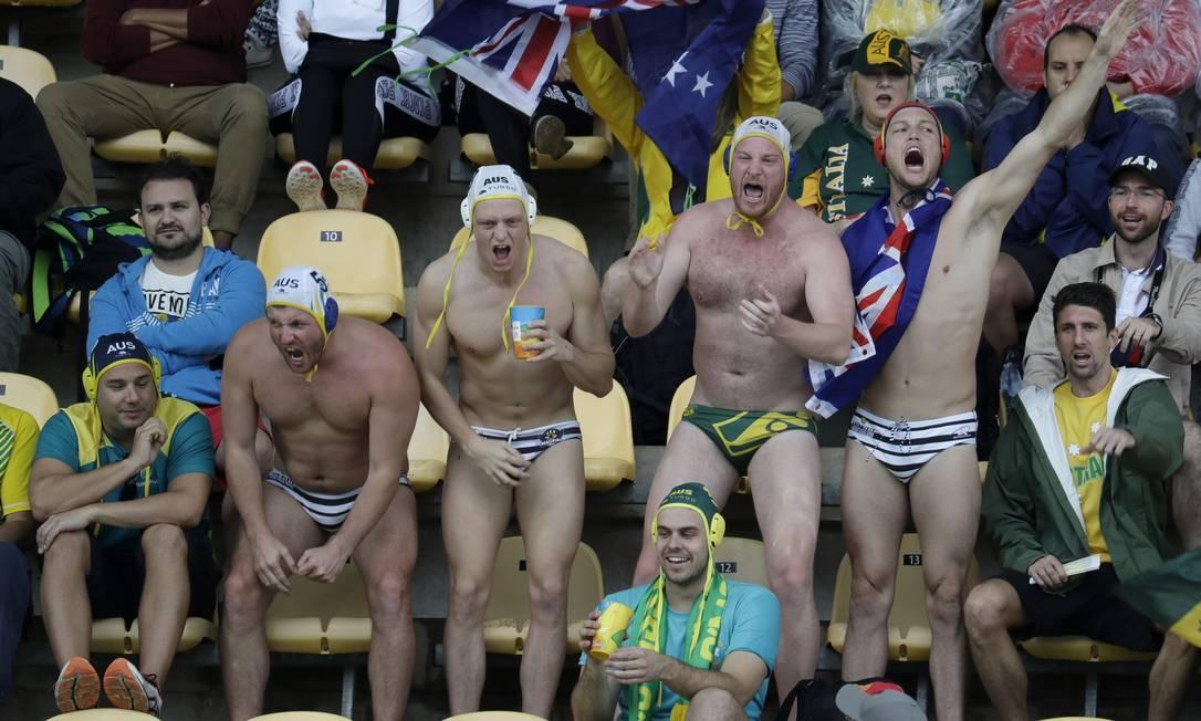 Torcedores australianos torcem pelo time de Polo Aquático do país prontos para entrarem na piscina se necessário Eduardo Verdugo / AP