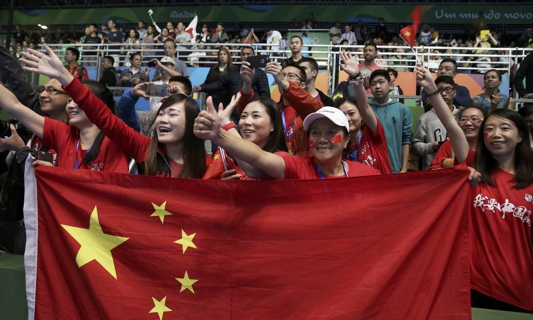 As torcedoras chinesas comemoram o bom resultado da ginástica do país ALKIS KONSTANTINIDIS / REUTERS