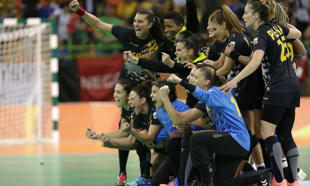 Brasil x Espanha no Handebol feminino na Arena do Futuro. Time da Espanha comemora a vitória Ben Curtis / AP